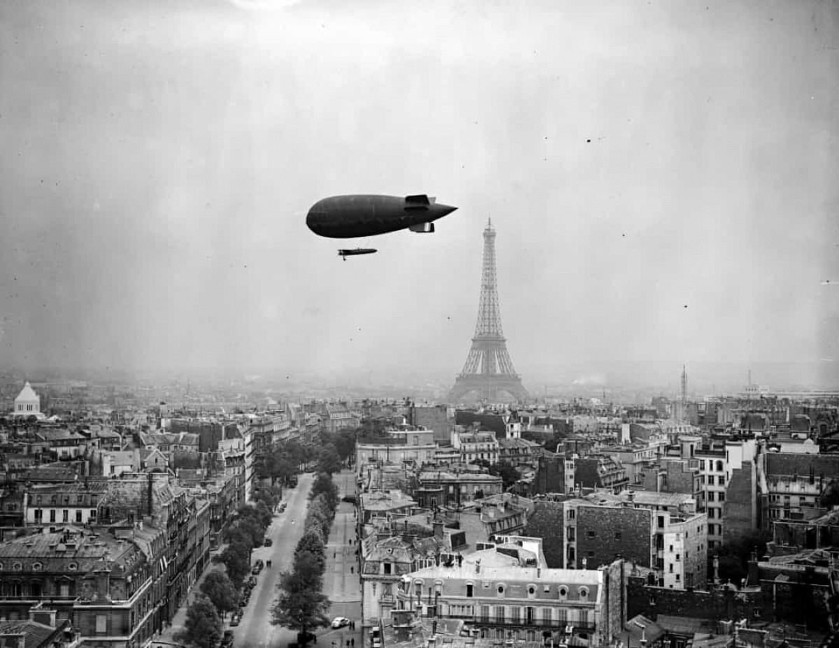 Một khinh khí cầu đang bay trên bầu trời Paris, Pháp với Tháp Eiffel ở phía sau vào tháng 7/1938.