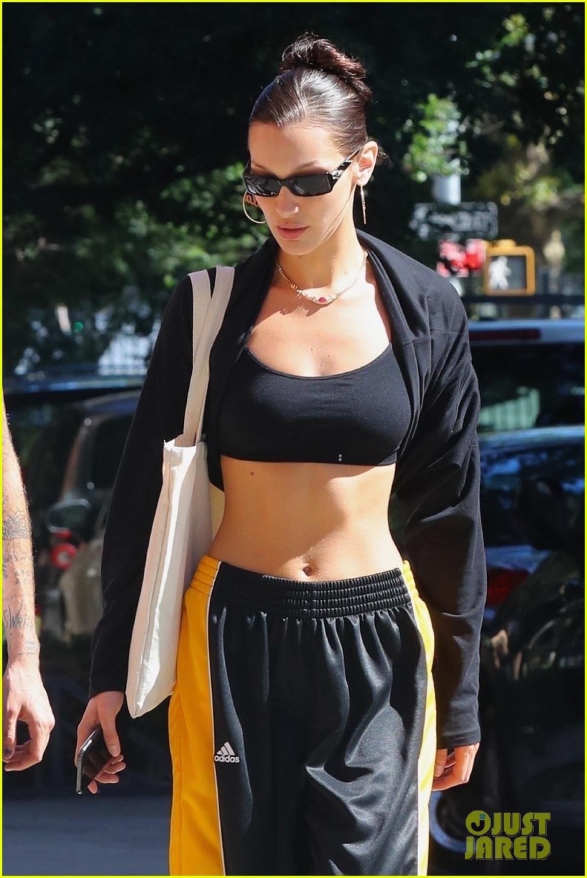 Người mẫu Mỹ diện set đồ thể thao, khoe vòng eo săn chắc và body quyến rũ.