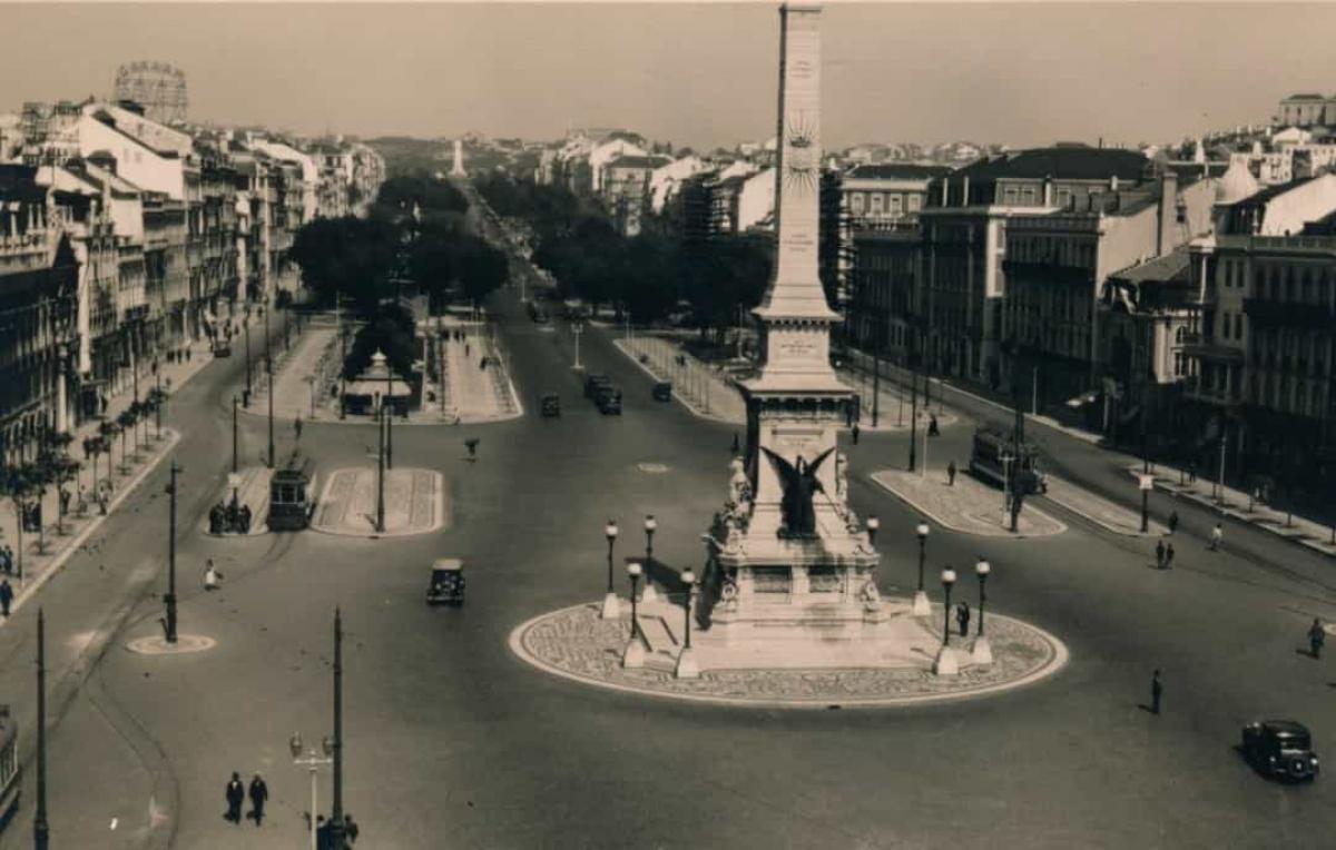 Avenida da Liberdade là một đại lộ quan trọng ở trung tâm Lisbon, Bồ Đào Nha. Hình ảnh này được chụp từ Khách sạn Avenida Palace năm 1936.