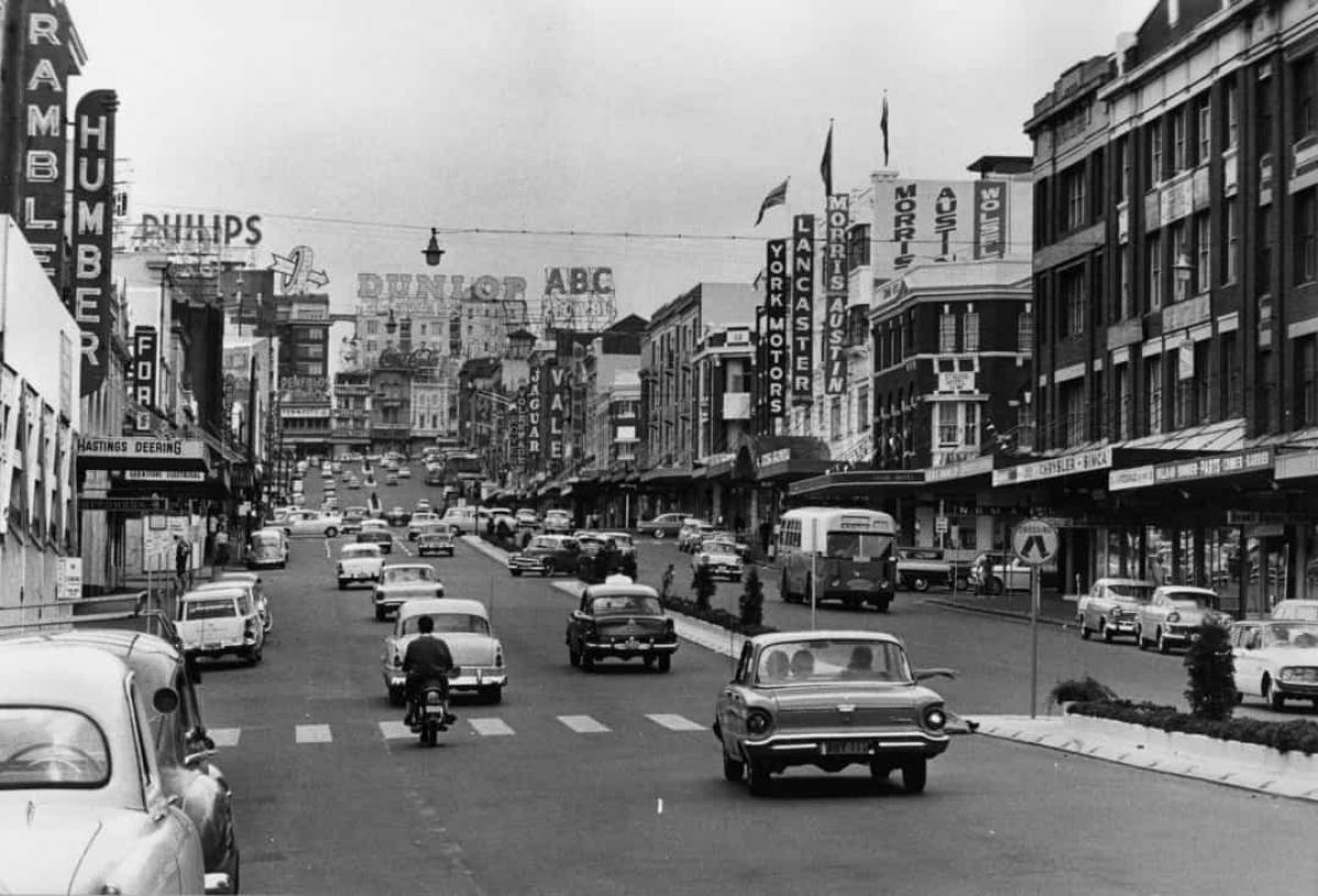 Đường phố Sydney, Australia tấp nập người và xe cộ trong bức ảnh được chụp vào tháng 3/1963.
