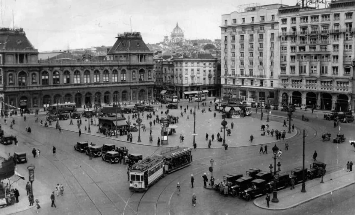Toàn cảnh quảng trường thành phố Brussels, Bỉ dẫn tới Ga Brussel-Noord năm 1940.