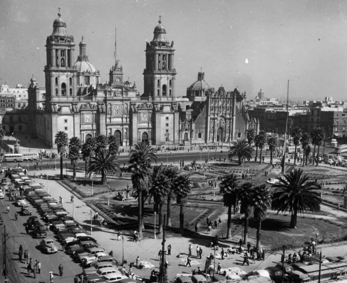 Nằm ở giữa trung tâm lịch sử của Thành phố Mexico, Zócalo là một trong những quảng trường lớn nhất thế giới. Bức ảnh trên ghi lại hình ảnh của địa điểm này vào năm 1955.