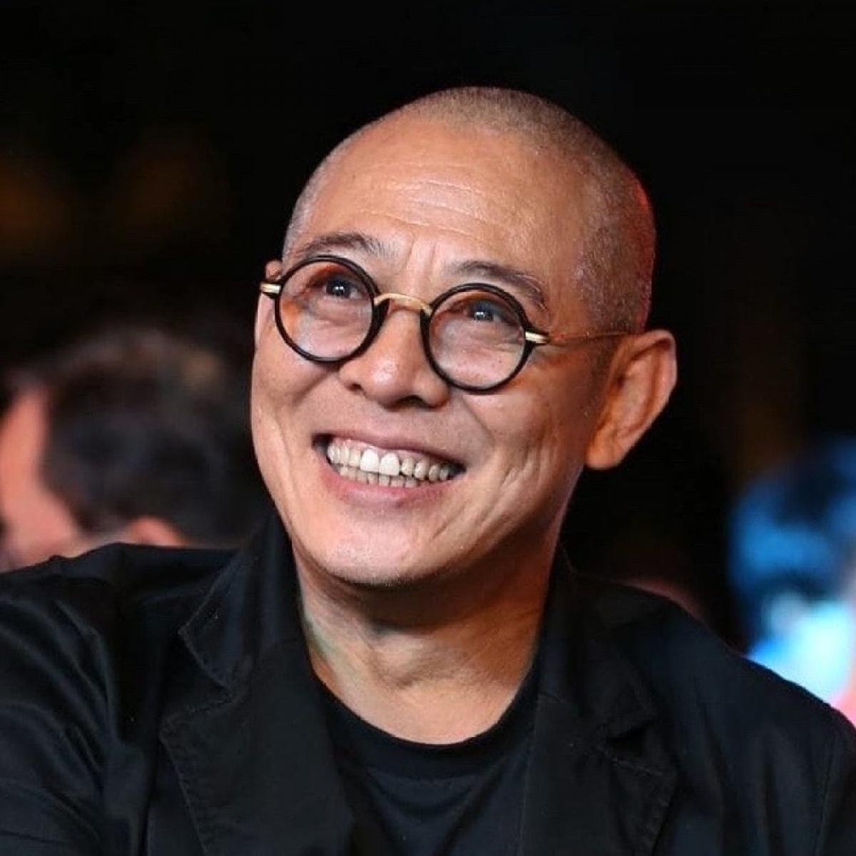 """Sinh ra ở Bắc Kinh, Lý Liên Kiệt được biết đến với các vai diễn trong những bộ phim bom tấn của Hollywood như """"The Expendables"""", """"Lethal Weapon 4"""" và """"The Mummy: Tomb of the Dragon Emperor"""". Ngôi sao võ thuật đã thay đổi quốc tịch của mình nhiều lần, từ Trung Quốc sang Mỹ và bây giờ là Singapore. Gần đây, có thông tin cho rằng Lý Liên Kiệt có thể bị đưa vào danh sách đen vì giữ quốc tịch nước ngoài. Ảnh: @jetli/Instagram"""