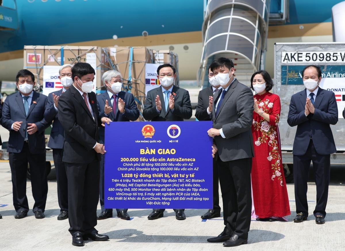 Tổng Thư ký Quốc hội, Chủ nhiệm Văn phòng Quốc hội Bùi Văn Cường trao 200.000 liều vaccine cho Bộ trưởng Bộ Y tế Nguyễn Thanh Long