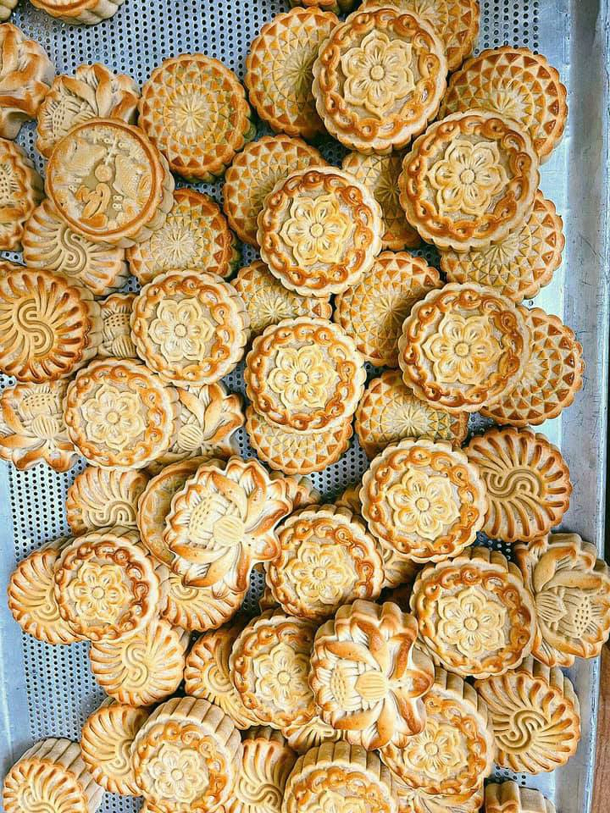 Ngoài sản phẩm của các nhà sản xuất lớn, thị trường bánh trung thu năm nay xuất hiện nhiều bánh handmade.