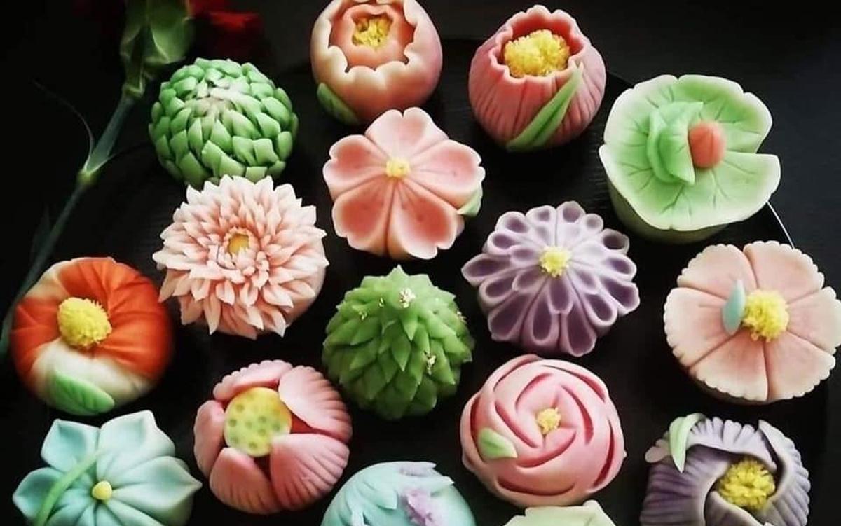 """Ngoài ra, mẫu bánh trung thu mềm, mịn, đẹp mắt này cũng được các tiệm bánh handmade """"trình làng"""" để hấp dẫn khách mua."""