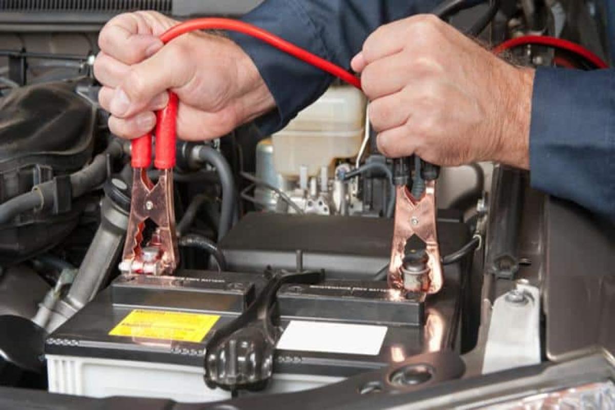 Khởi động xe sau nhiều ngày không sử dụng có thể cần phải kích điện. Ảnh: Theautojohnny