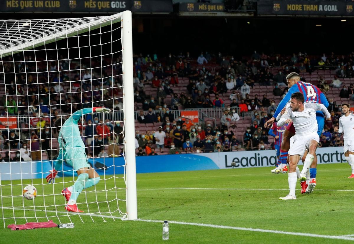 Araujo gỡ hoà cho Barca ở phút 90. (Ảnh: Reuters)