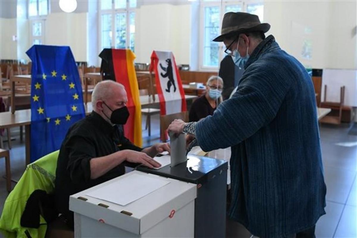 Cử tri bỏ phiếu bầu Quốc hội tại điểm bầu cử ở Berlin (Đức), ngày 26/9/2021. Ảnh: THX