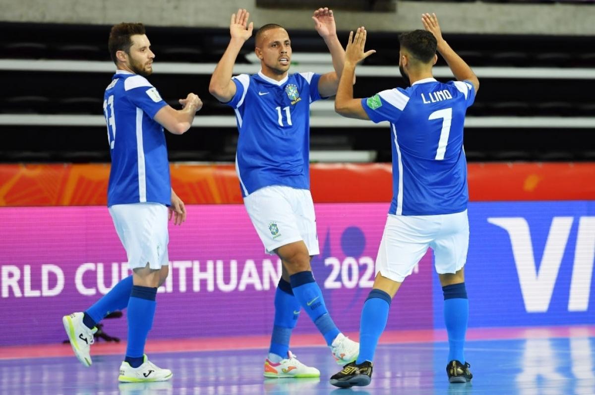 Tuy nhiên, ĐT Futsal Việt Nam chỉchỉ cầm cự được 4 phút trước khi phải nhận liên tiếp 3 bàn thua.