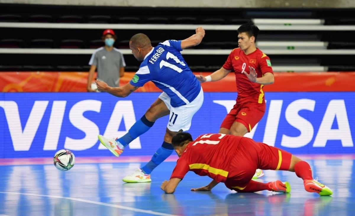 Thầy trò HLV Phạm Minh Giang đã chơi rất nỗ lực và giữ vững được mành lưới của thủ môn Văn Ý trong những phút đầu.