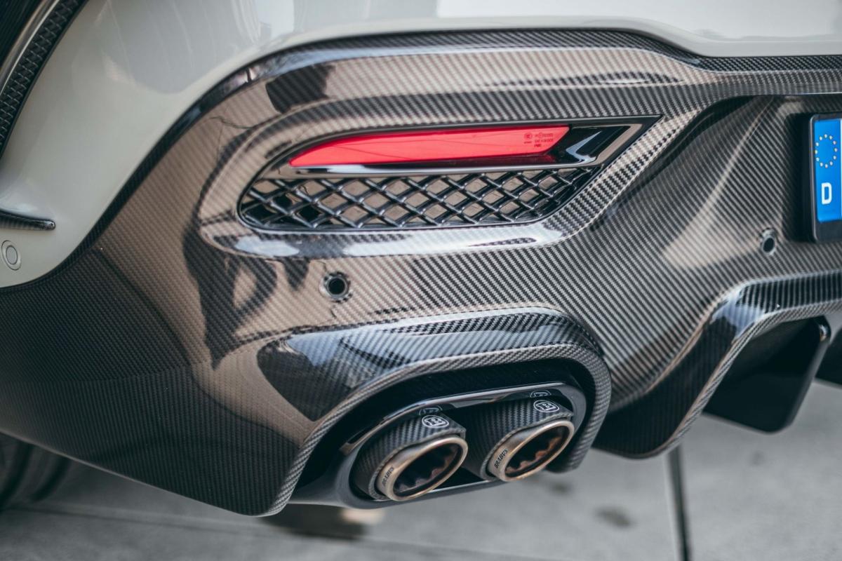 Hệ thống xả được làm bằng thép không gỉ với đầu típ pô làm bằng titan và sợi carbon. Nó cũng được tích hợp thêm khả năng kiểm soát âm thanh chủ động.
