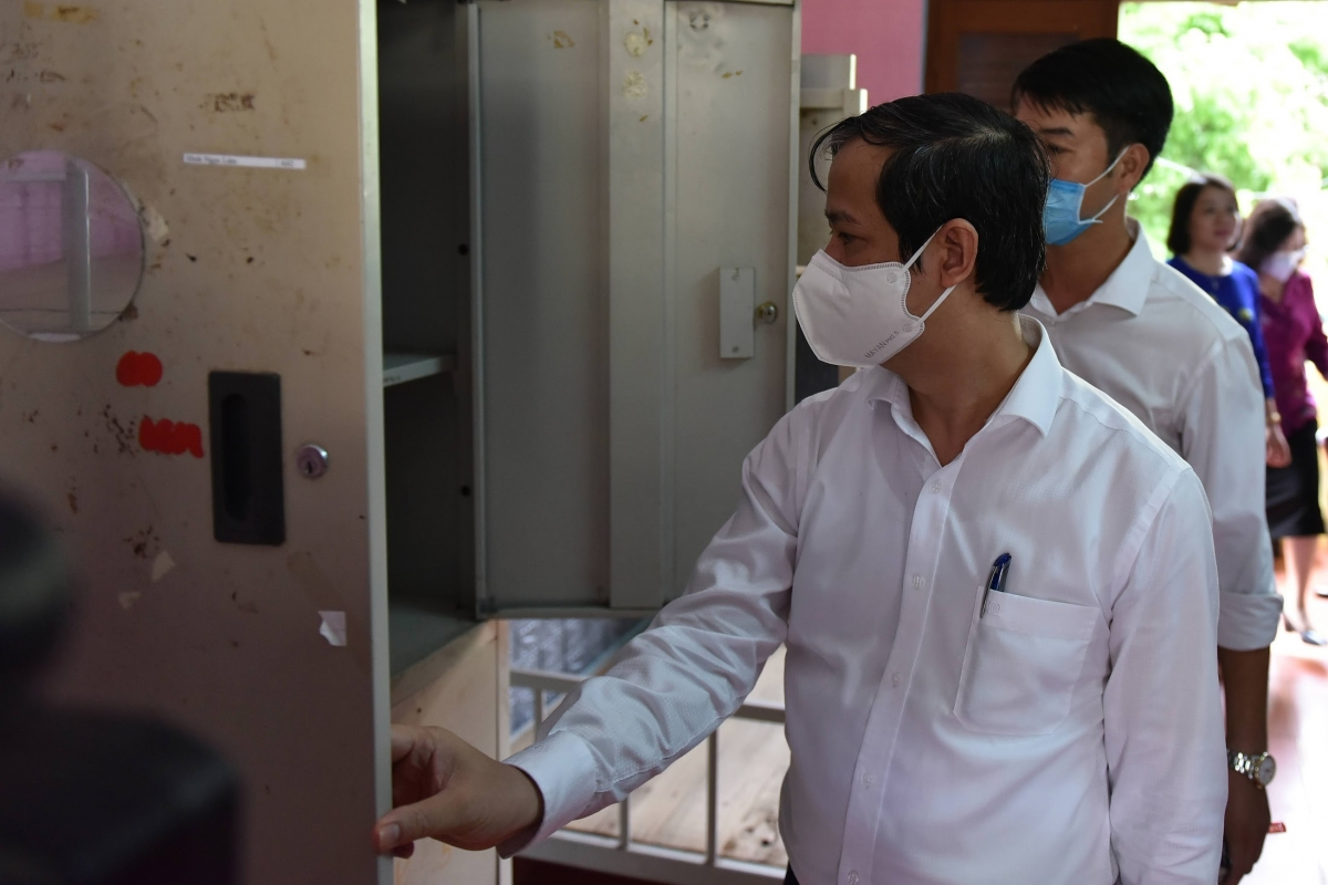 Bộ trưởng Nguyễn Kim Sơn trực tiếp kiểm tra cơ sở vật chất tại trường Dự bị ĐH Dân tộc TƯ. Ảnh Thế Đại