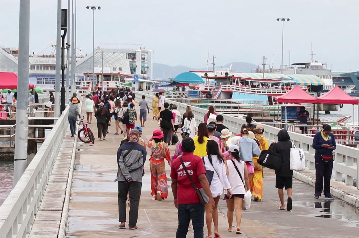 Hàng nghìn du khách Thái Lan tới Pattaya hôm 25/9. Ảnh: Chaiyot Pupattanapong/Bangkok Post