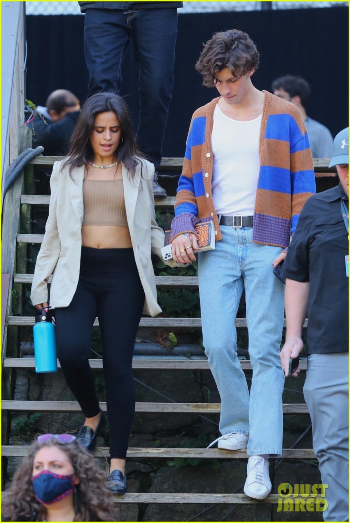 Ngày 24/9 tại New York, Camila Cabello và Shawn Mendes được nhìn thấy cùng nhau ra về sau buổi diễn tập chuẩn bị cho Ngày hội công dân toàn cầu.