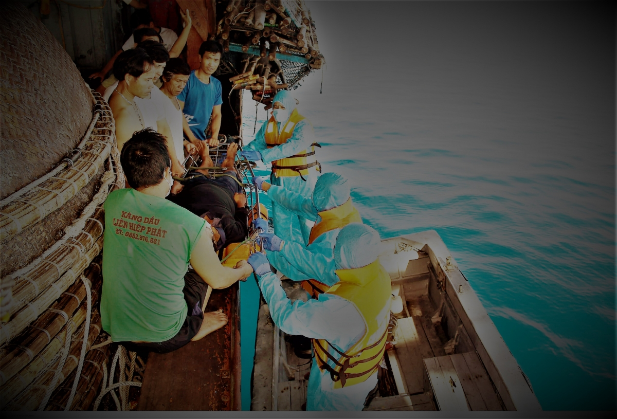 Đến gần 24h ngày 23/9, Tàu KN417 đã phối hợp với cán bộ, chiến sĩ đảo Núi Le A đưa ngư dân bị bệnh cùng người chăm sóc lên đảo an toàn để được điều trị và chăm sóc.