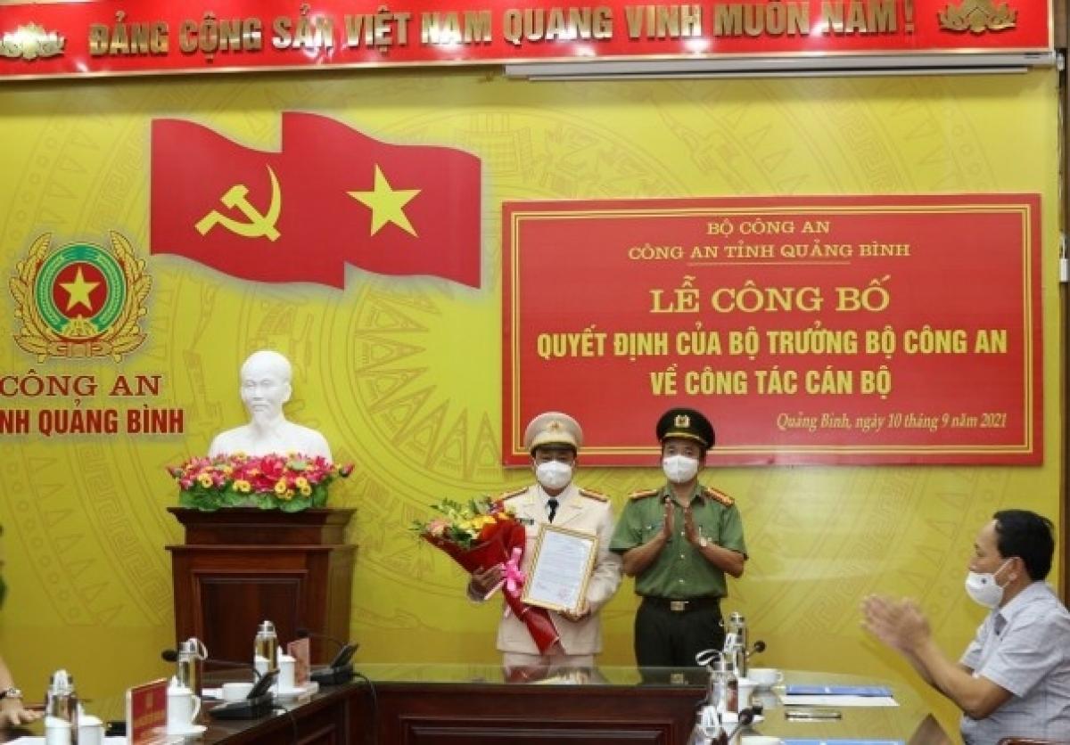 Đại tá Nguyễn Tiến Nam trao quyết định và chúc mừng đồng chí Lê Văn Hóa.