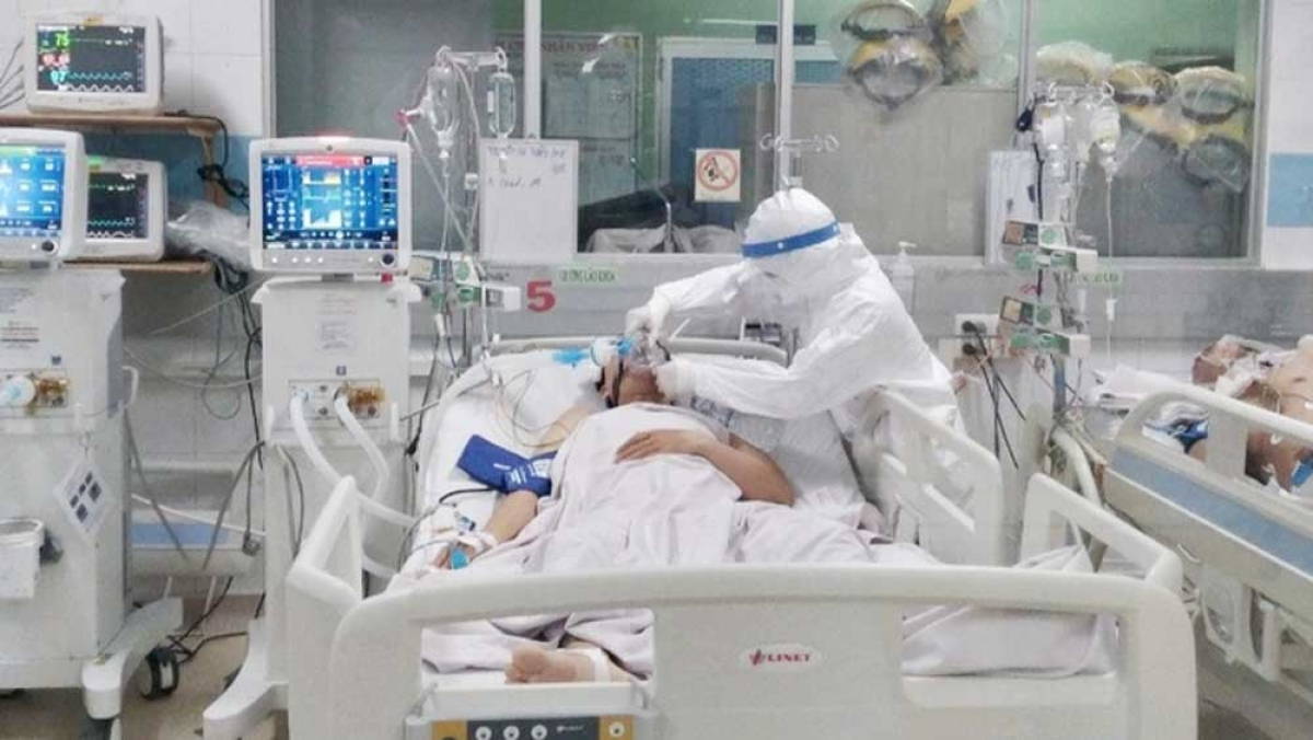 Taking care of critically ill COVID-19 patients in an ICU in Vietnam. (Photo: Ministry of Health).