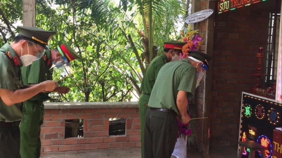 Đại diện Công an tỉnh Bến Tre và Công an huyện Ba Tri đến tiễn biệt đồng chí Nguyễn Văn Trường.
