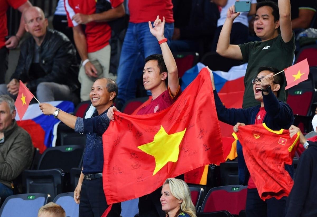 Niềm vui của các CĐV Việt Nam tại nhà thi đấu Klaipeda.