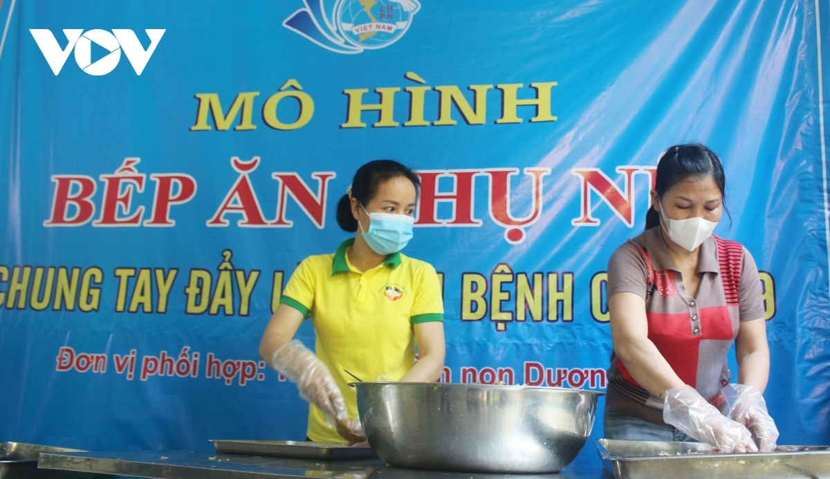 The free meals are made by members of the women's union in Duong Noi ward of Ha Dong district.