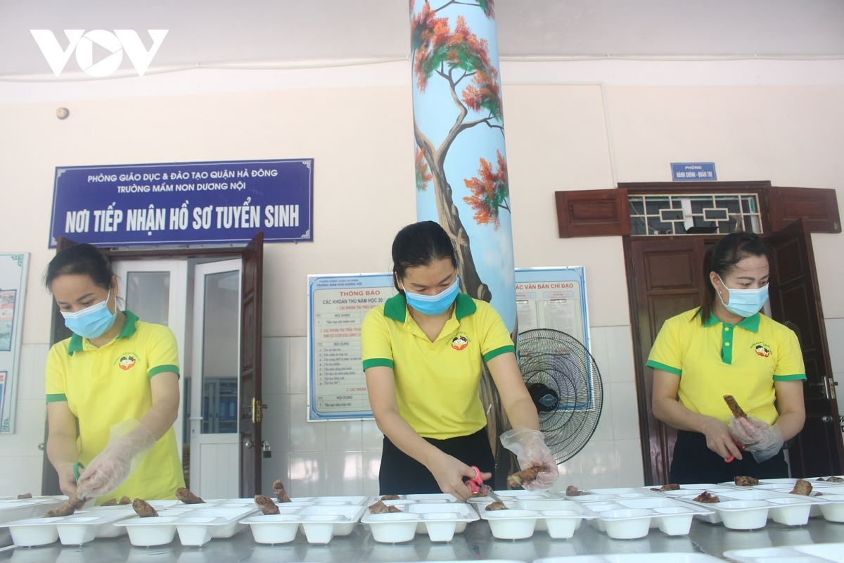 The daily free meals are expected to help the frontline workers to enjoy good health and complete their tasks during the ongoing COVID-19 fight.