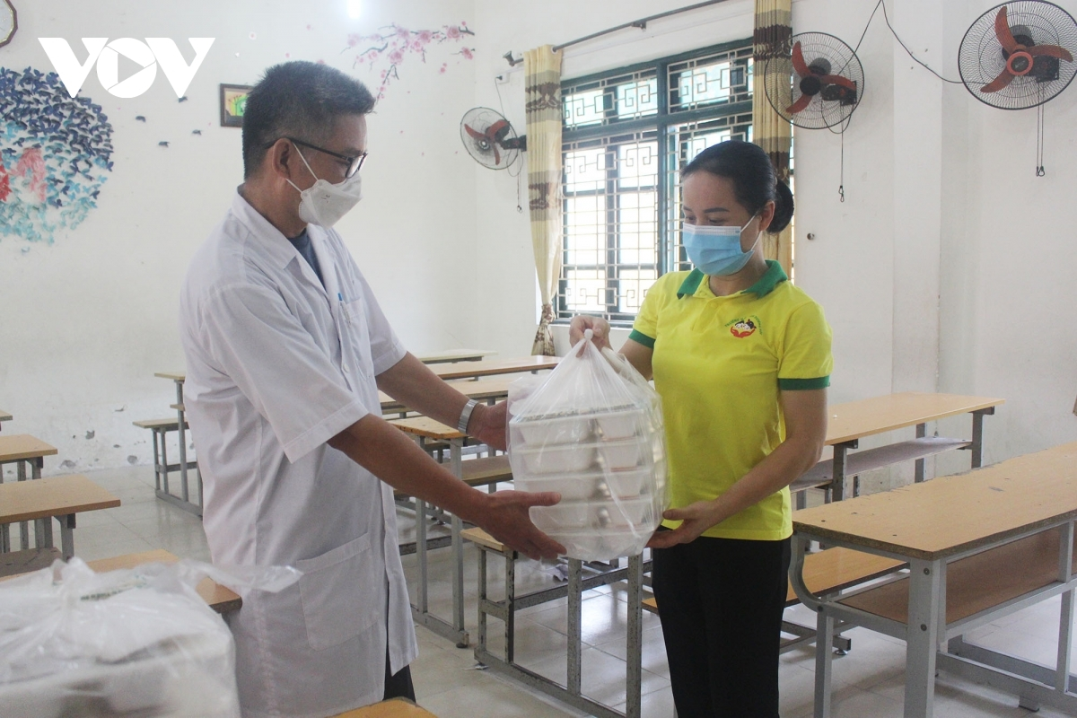 Each of the free meals are delivered each day to healthcare workers who perform COVID-19 tests and vaccinations within the locality.