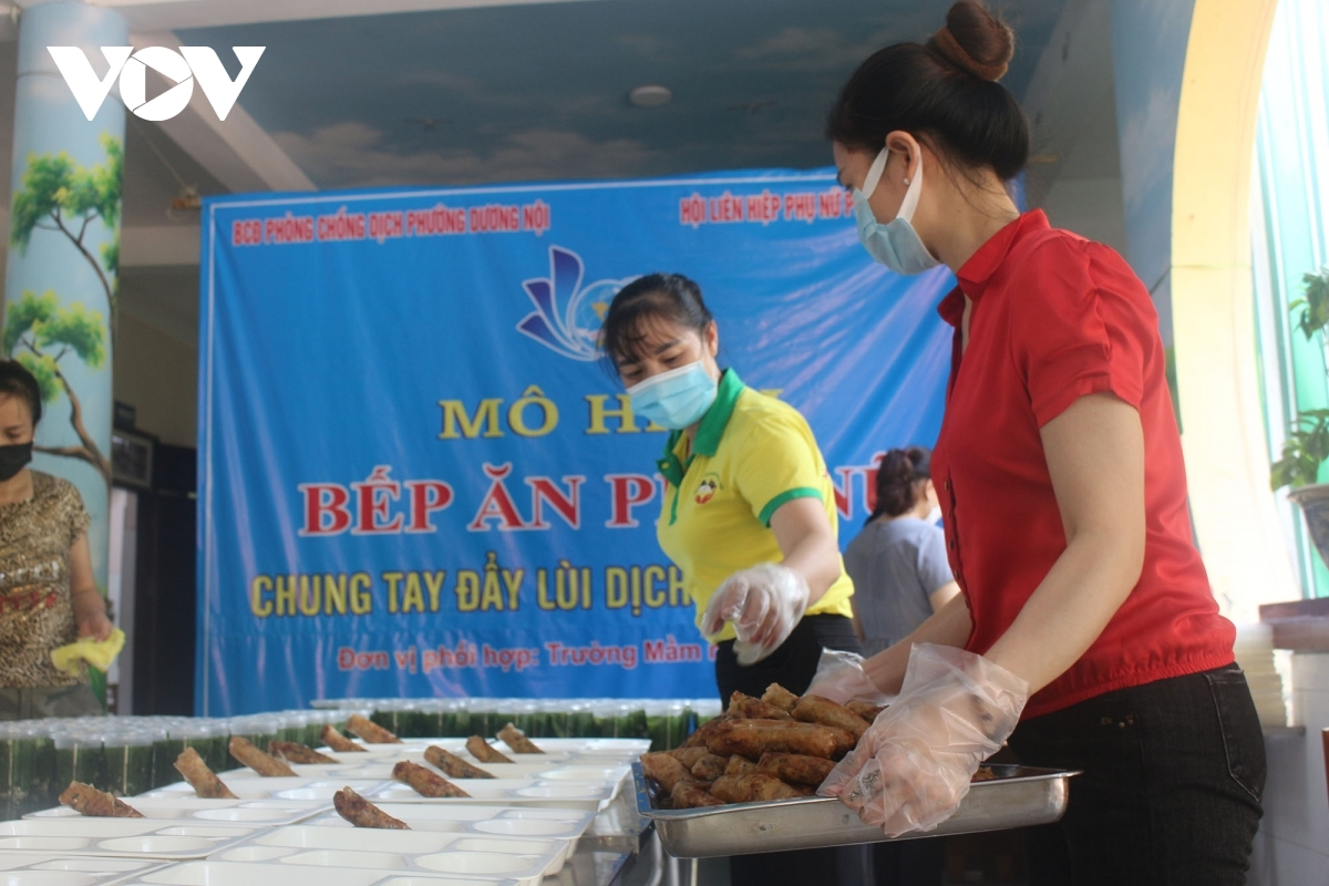 Local women provide both lunch and dinner to frontline workers, with a total of 360 sets of meals being given out per day.