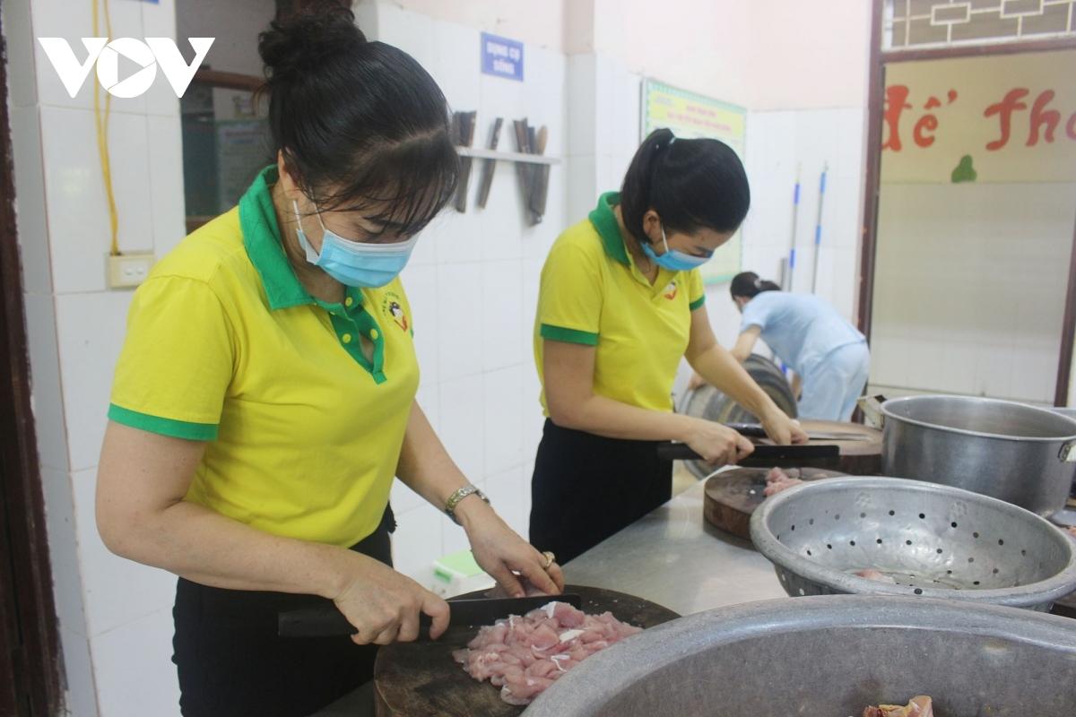 Teachers of Duong Noi kindergarten also join in the charity activity.