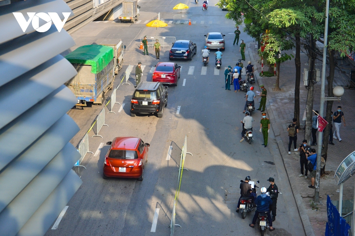 From 7 a.m. on September 4 police forces in Hanoi begin tightening COVID-19 prevention measures at checkpoints on major roads throughout the capital.