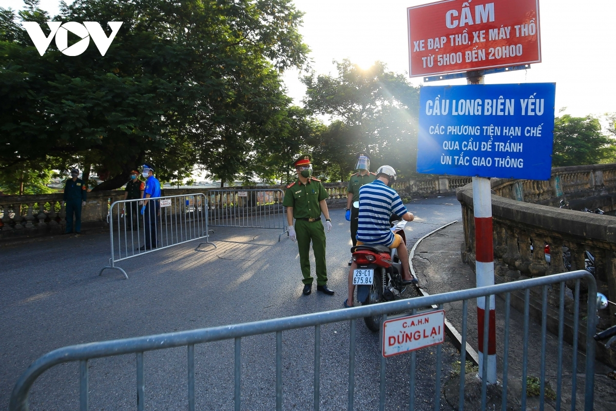 A checkpoint is set up on the route towards Long Bien Bridge.