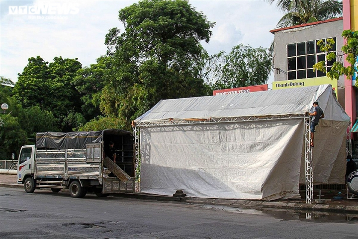 Police forces in Hanoi simultaneously lift 39 COVID-19 checkpoints on the afternoon of September 16, while stopping checks on travel permits in green areas.
