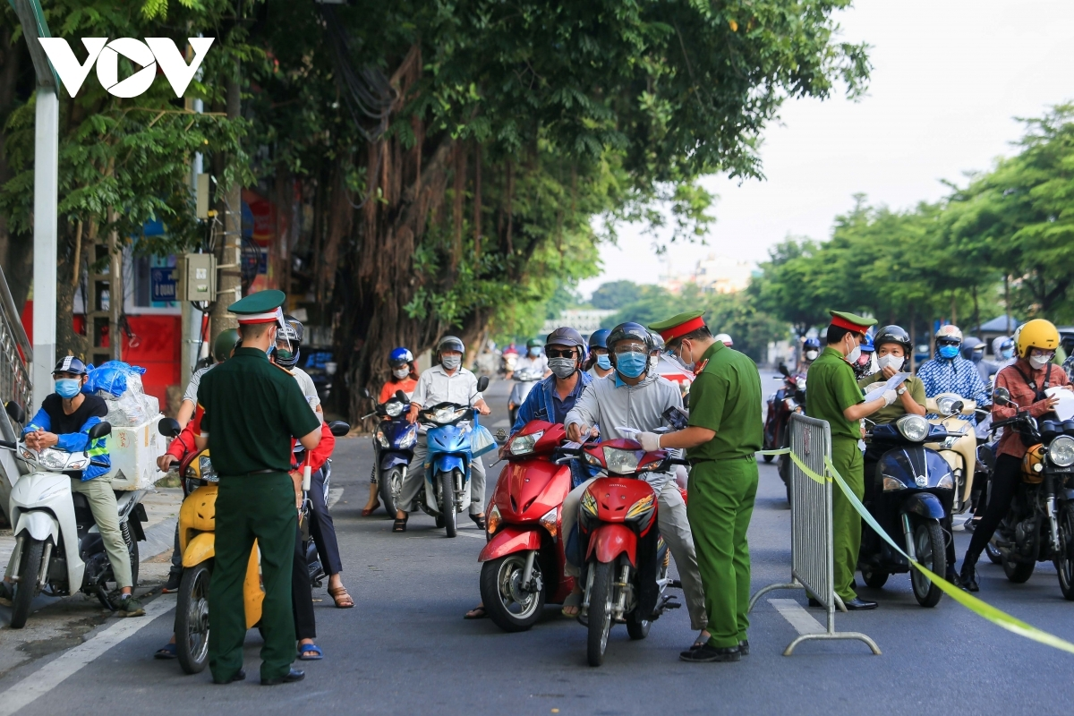 On-duty officials operate a checkpoint on Tran Nhat Duat street.