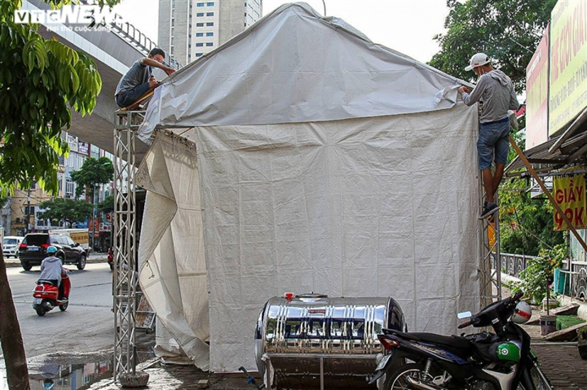 A pandemic control checkpoint is removed on Cau Dien street in Nam Tu Liem district at 2 p.m. on September 16.