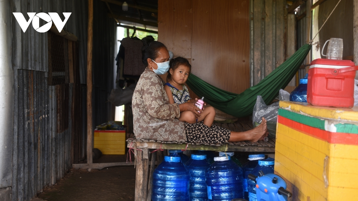 Chau Thi Suu, a Cambodian national married to a Vietnamese man, says her family also receives assistance from border guards since her beverage outlet was forced to close due to the COVID-19 pandemic.