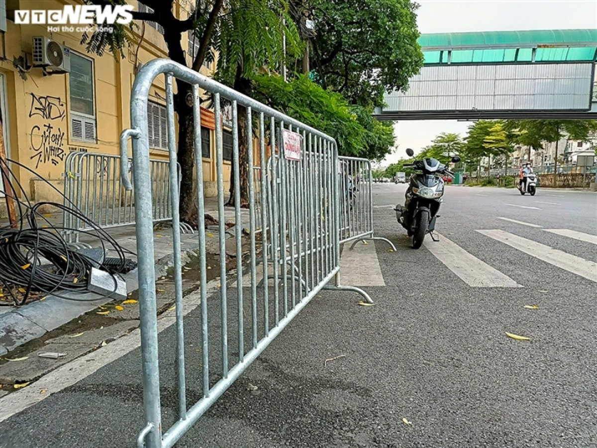 Dozens of barriers are cleaned on many streets throughout Hanoi.