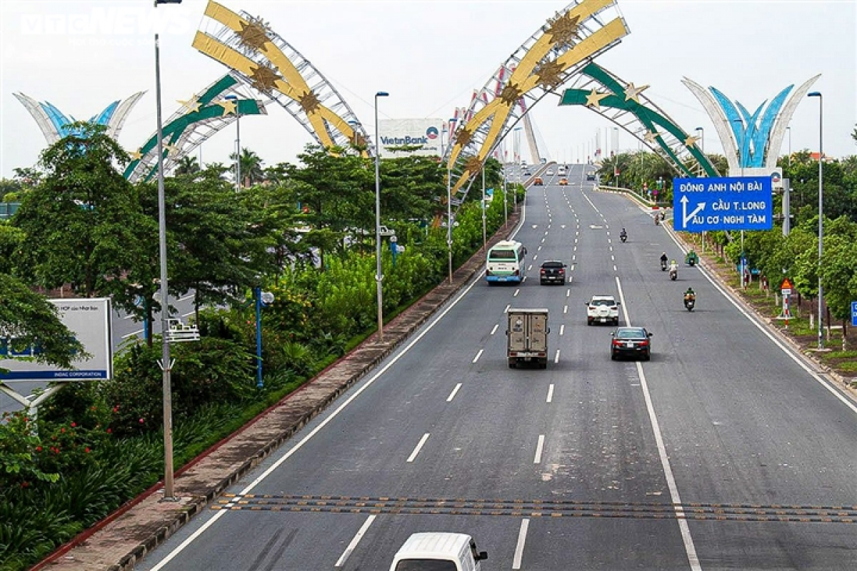 People are allowed to travel across Nhat Tan bridge towards Dong Anh district without a travel permit.