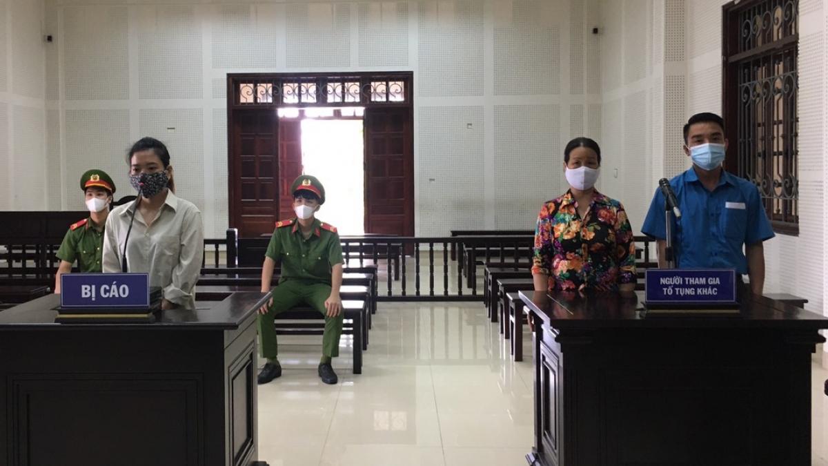 Bị cáo Nguyễn Thị Nhung (áo trắng) tại phiên xét xử