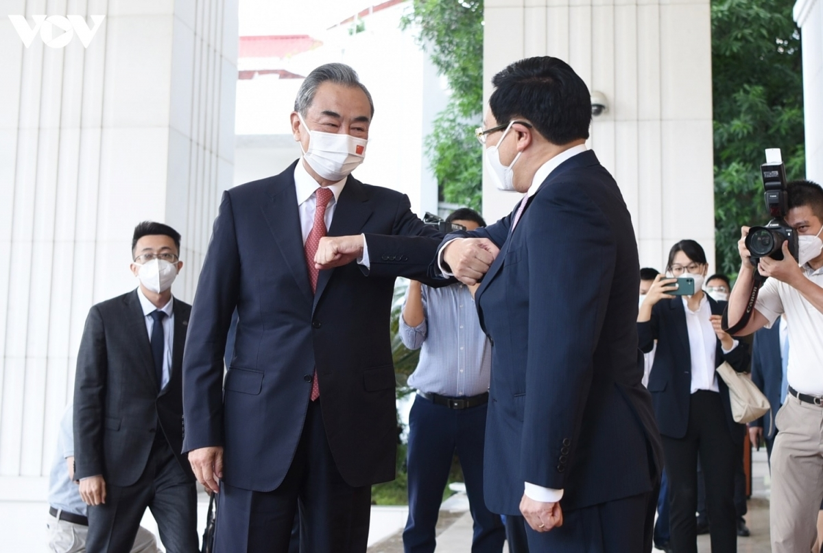 Deputy PM Pham Binh Minh welcomes FM Wang Yi at a ceremony taking place at the Government's Office