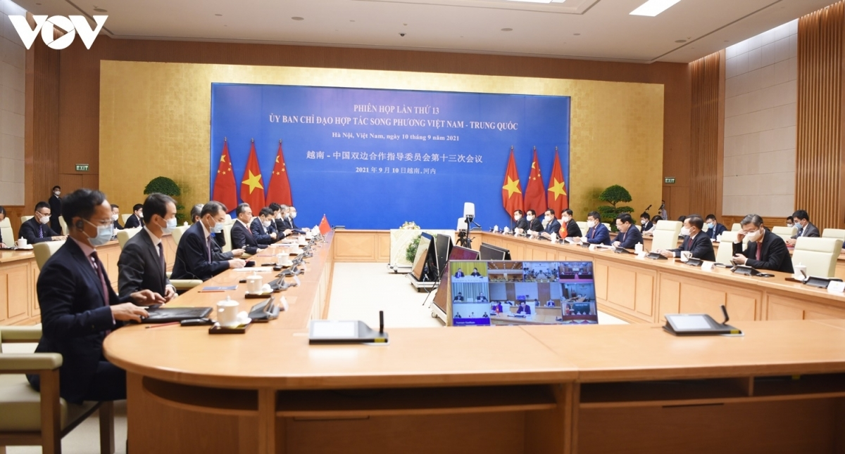 During the meeting, the two sides discuss measures to remove difficulties and promote the Vietnam-China relations.