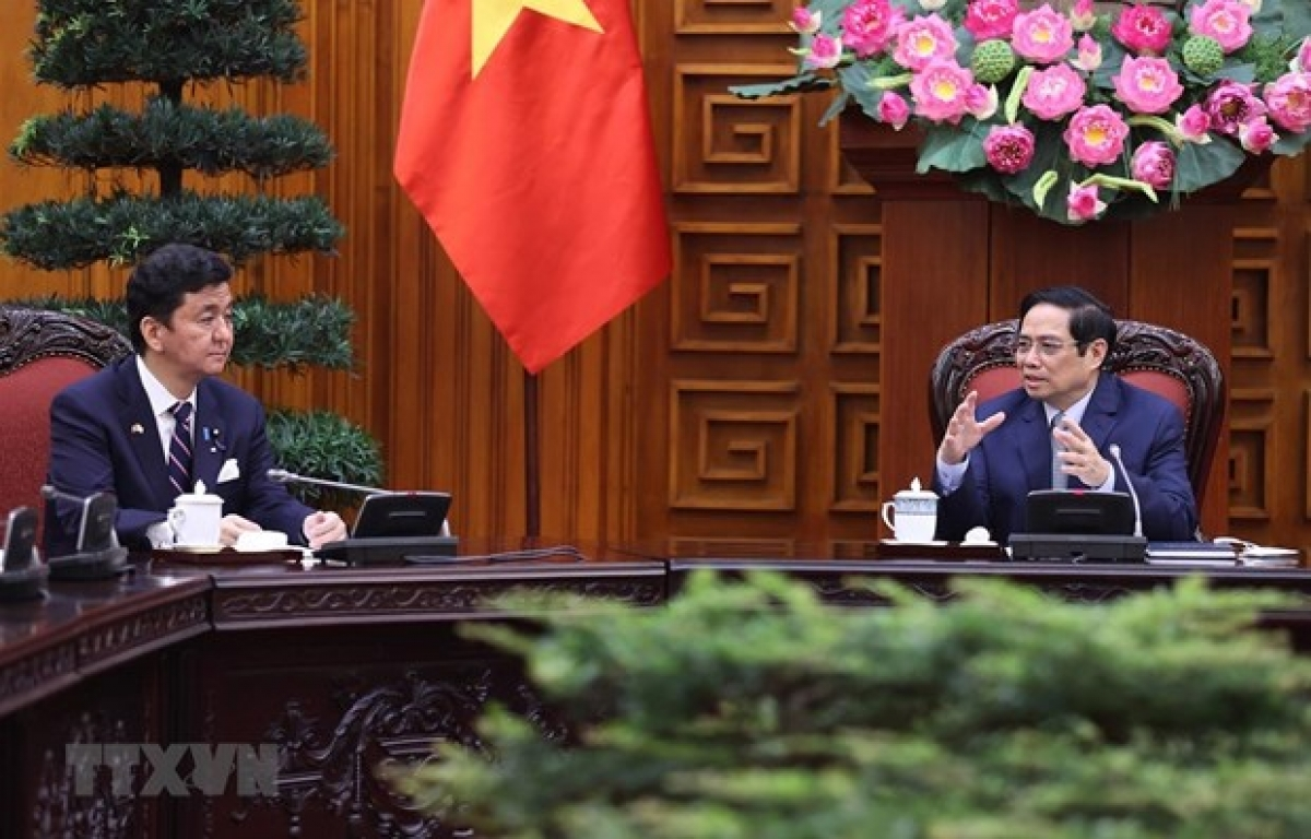 PM Pham Minh Chinh (R) says he supports stronger defence cooperation between Vietnam and Japan.(Photo: VNA)