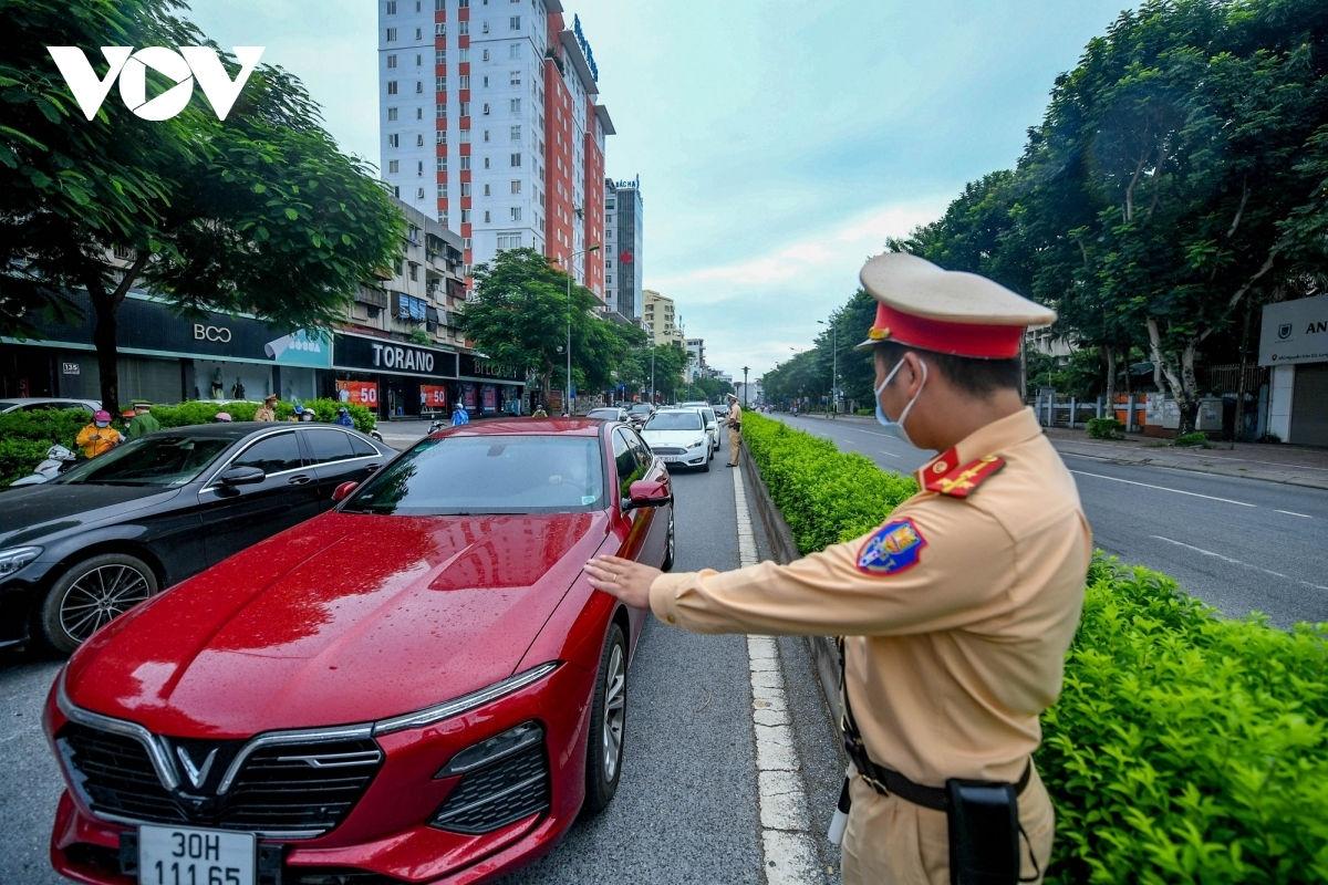 Lực lượng chức năng điều tiết giao thông trong ngày đầu TP.Hà Nội nới lỏng giãn cách.