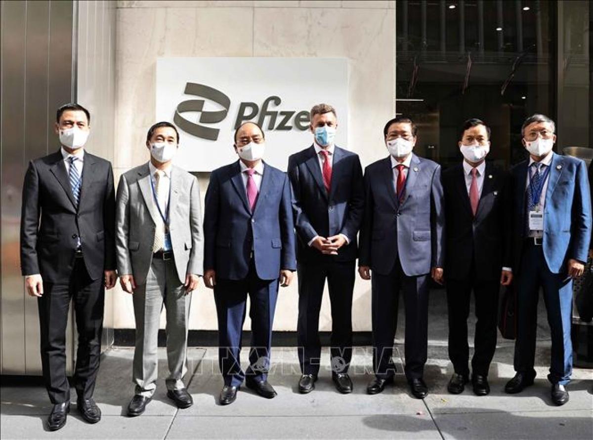 Chủ tịch nước Nguyễn Xuân Phúc đến thăm Công ty Pfizer, một trong những công ty sinh học dược phẩm hàng đầu trên thế giới. (Ảnh: TTXVN)