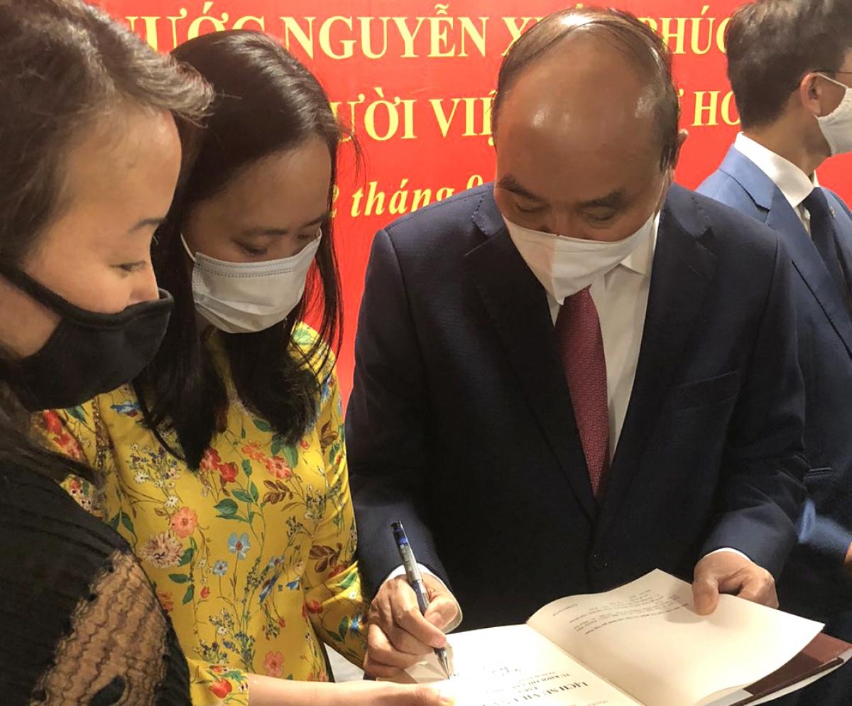 Chủ tịch nước ký tặng sách Lịch sử Việt Nam cho Khoa Việt Nam học, Đại học Columbia