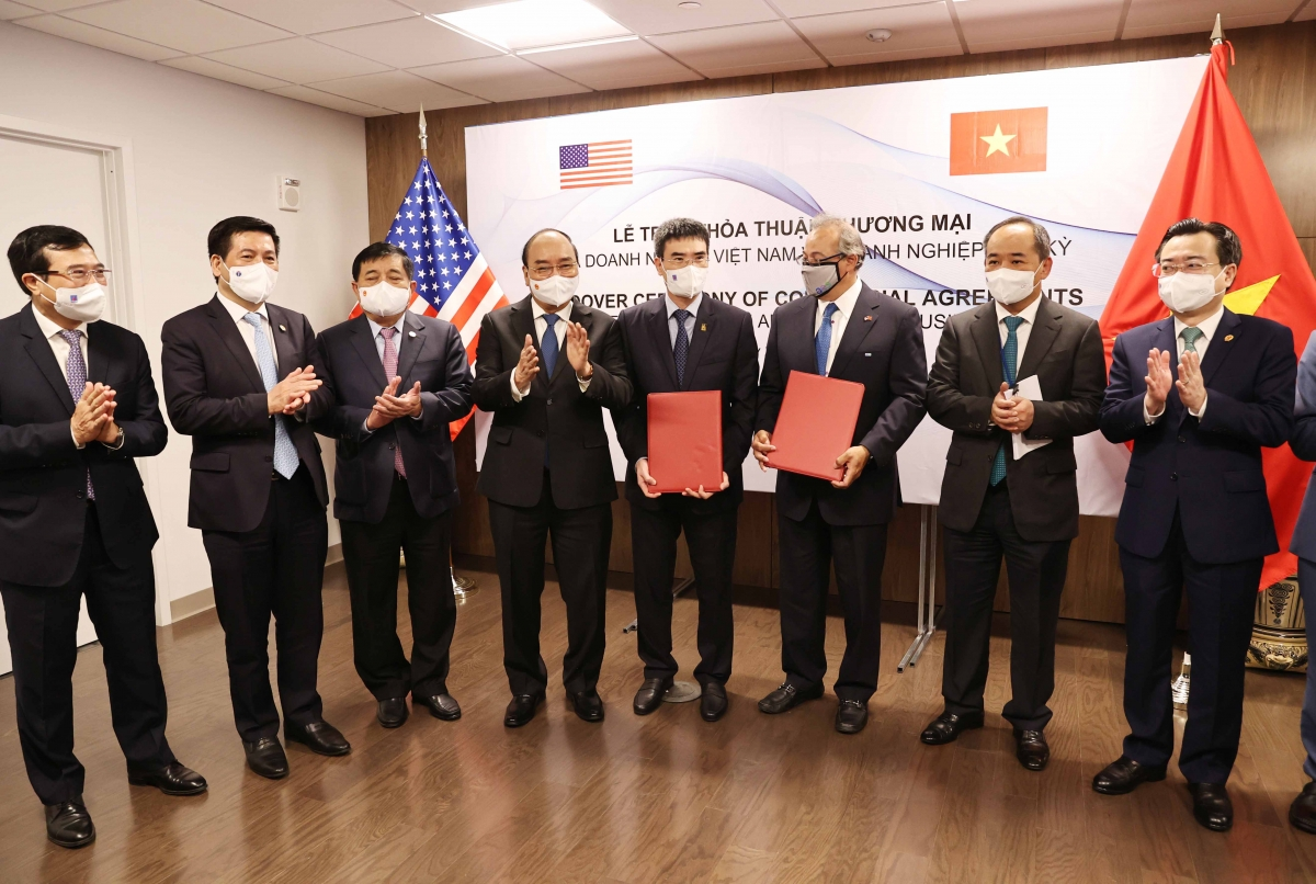 Chủ tịch nước chứng kiếnLễ trao thỏa thuận hợp tác giữa liên danh Công ty Kinh Bắc và Công ty Công nghệ viễn thông Sài Gòn, trực thuộc Tập đoàn đầu tư Saigon và Tập đoàn Quantum, Hoa Kỳ.