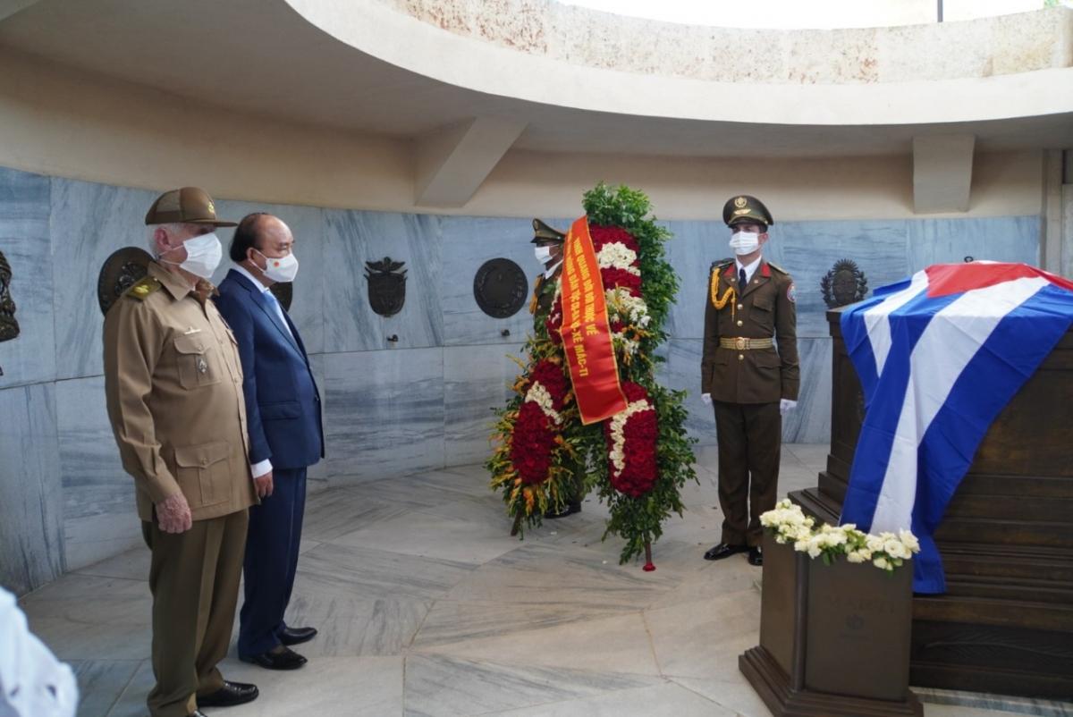 Chủ tịch nước Nguyễn Xuân Phúc đặt vòng hoa tại Khu tưởng niệm lãnh tụ Jose Marti tại Santiago, Cuba.