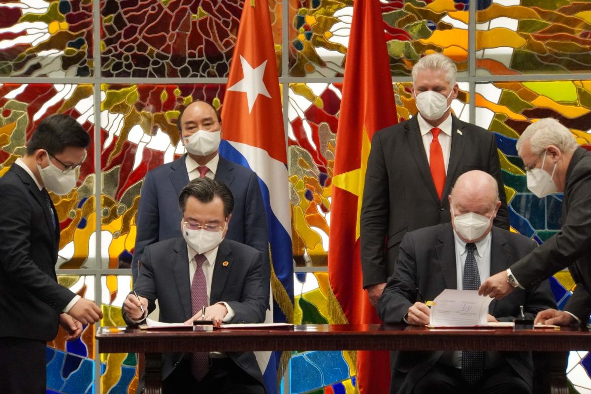 Hai nhà lãnh đạo chứng kiến lễ ký một số văn kiện hợp tác.