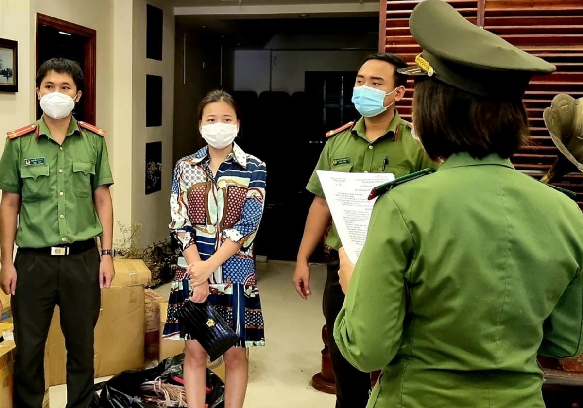 Cơ quan Công an đọc lệnh khởi tố bắt tạm giam Thùy Tiên (mặc váy)