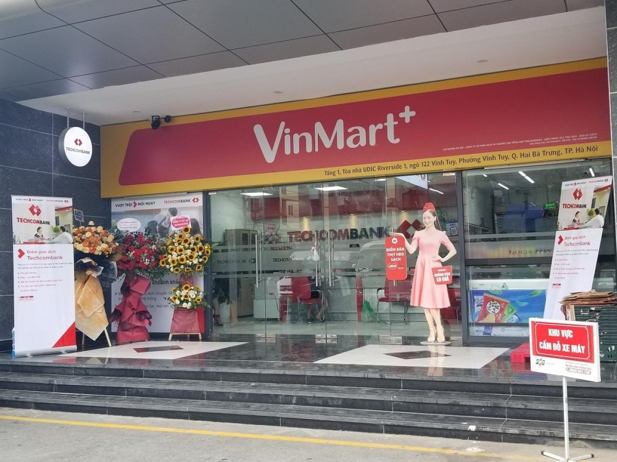 Cửa hàng VinMart+ tích hợp dịch vụ tài chính Techcombank và kiosk Phúc Long. (Ảnh: Nhật Ngô)