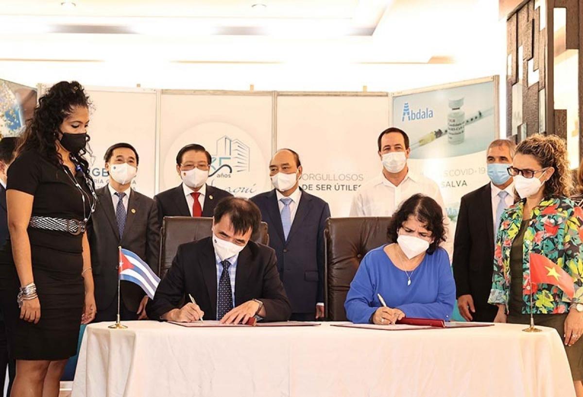 Tại đây, Chủ tịch nước Nguyễn Xuân Phúc đã chứng kiến hai Bộ Y tế và doanh nghiệp hai nước ký kết nhiều văn kiện hợp tác về mua 5 triệu liều vaccine Abdala cũng như chuyển giao công nghệ sản xuất vaccine phòng COVID-19 cho Việt Nam. Nguồn ảnh: TTXVN.